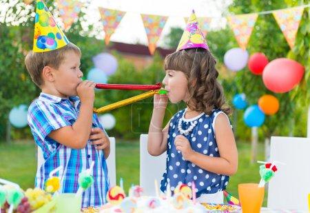 Foto de Dos niños felices divirtiéndose en la fiesta de cumpleaños - Imagen libre de derechos