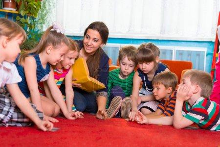 lecture aux enfants à l'école maternelle