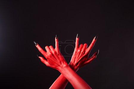 Photo pour Mains du diable rouge montrant geste en métal lourd, thème Halloween - image libre de droit