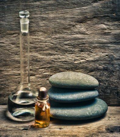 Photo pour Flacons d'huiles de parfum dans l'ancien laboratoire de parfum - image libre de droit