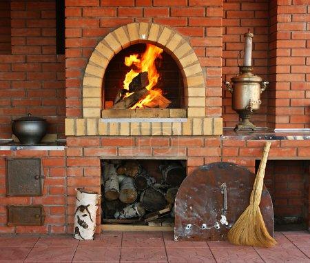 Foto de Cocina interior rusa con un horno y un fuego ardiente - Imagen libre de derechos