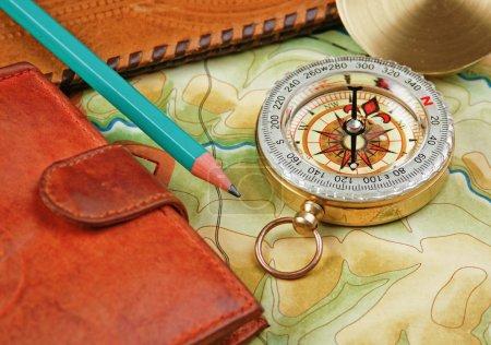 Photo pour Portefeuille boussole et passeport sur l'ancienne carte - image libre de droit