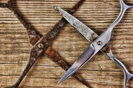 Photo pour Vieux ciseaux tailleur sur le fond en bois - image libre de droit