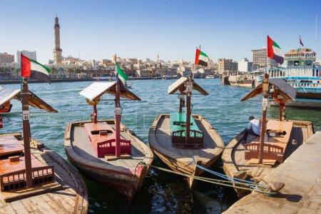 abra traditionnels ferries à la crique de Dubaï, Émirats Arabes Unis