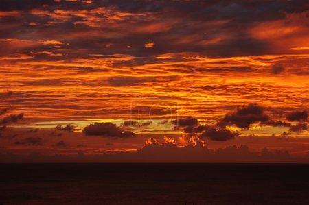 Photo pour Coucher de soleil sur l'île de Phuket en Thaïlande - image libre de droit