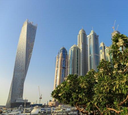 Photo pour DUBAI, EAU - 3 NOVEMBRE : Bâtiments modernes à Dubai Marina, le 3 novembre 2013, Dubaï, EAU. Dans la ville de longueur de canal artificiel de 3 kilomètres le long du golfe Persique . - image libre de droit