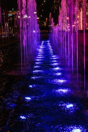 Photo pour Fontaines vue de nuit au centre ville de Dubaï - image libre de droit