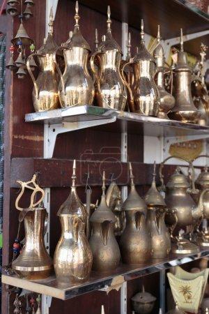 Photo pour Pots en métal oriental dans la boutique Arab - image libre de droit