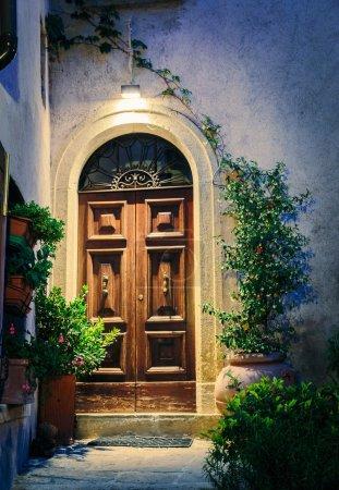Photo pour Entrée de la vieille maison italienne la nuit . - image libre de droit
