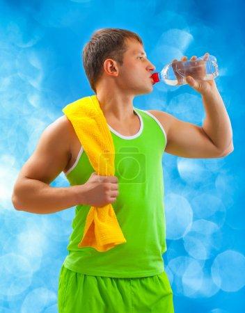 Photo pour Un jeune sportif buvant de l'eau - image libre de droit
