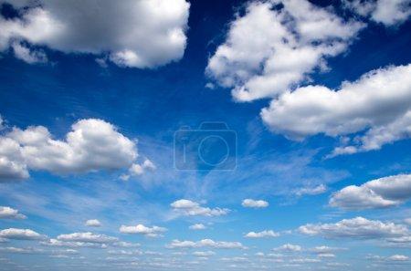 Photo pour Ciel bleu avec nuages gros plan - image libre de droit