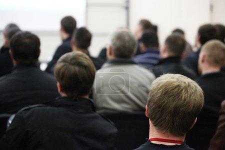Photo pour Le public écoute les acteurs dans une salle de conférence . - image libre de droit
