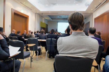 Photo pour Le public écoute les acteurs dans une salle de conférence - image libre de droit