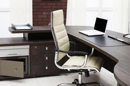 Photo pour Ordinateur portable sur un bureau dans un bureau moderne - image libre de droit