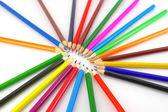 Barevné tužky nad bílá