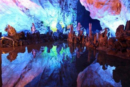 Photo pour Lac souterrain dans les grottes de flûte de Reed à Guilin, Chine - image libre de droit