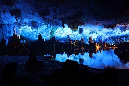 Photo pour Lac souterrain dans les grottes de flûte de Reed à Guilin, Guangxi Provine, Chine - image libre de droit