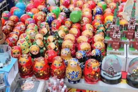 Photo pour Très grand choix de souvenirs russes matryoshkas à la boutique de souvenirs - image libre de droit
