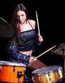 Žena hrající buben a činely
