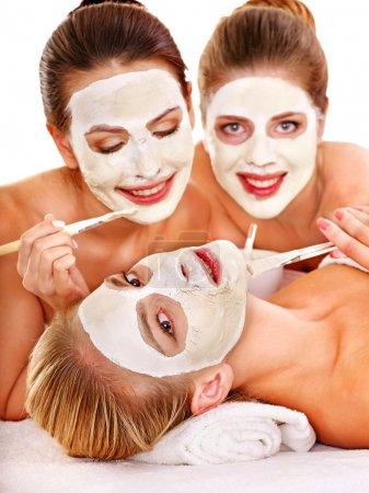 Photo pour Femme de groupe obtenant masque facial et commérages. Isolé . - image libre de droit