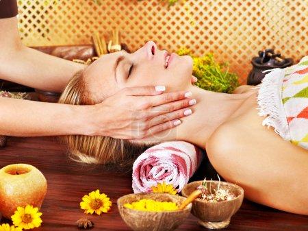 Photo pour Femme se faire masser le visage dans un spa de beauté tropicale . - image libre de droit
