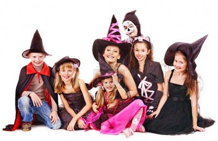 Foto de Fiesta de Halloween con los niños del grupo. aislado. - Imagen libre de derechos