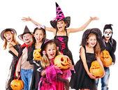 Přijď na večírek skupiny dítě drží řezbářské dýně