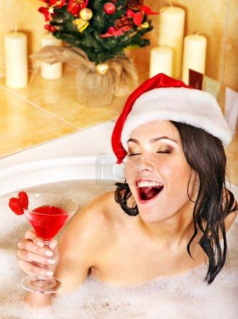 Photo pour Femme en bonnet de vous détendre dans le bain. notion de Noël. - image libre de droit