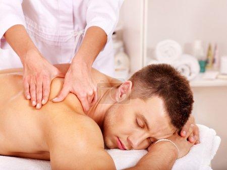 Photo pour Homme pour massage relaxant dans le spa. - image libre de droit