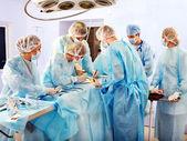 Chirurg při práci v operačním sále