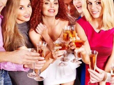 Photo pour Groupe avec champagne à parti. - image libre de droit
