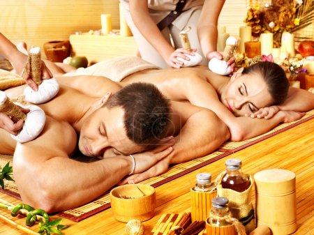 Photo pour Homme et femme obtenir boule herbal massage au spa bambou. - image libre de droit