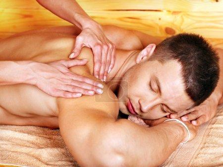 Photo pour Homme recevant le massage au spa de woden. thérapeute femelle. - image libre de droit