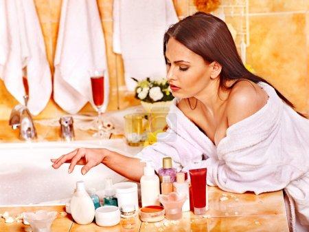 Photo pour Femme relaxant à la maison bain de luxe . - image libre de droit