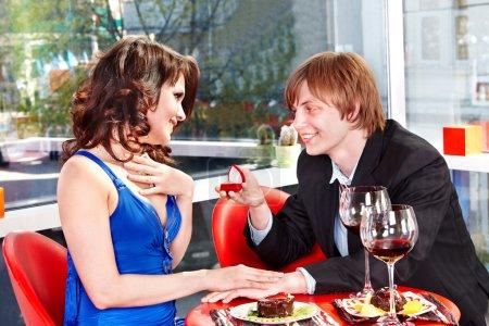 homme proposer le mariage à la fille