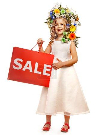 Photo pour Petite fille avec coiffure de fleur. Isolé . - image libre de droit