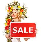 """Постер, картина, фотообои """"женщина, держащая баннер продаж и цветок."""""""