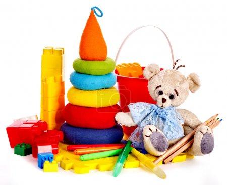 Foto de Juguetes para niños con oso de peluche. Aislado . - Imagen libre de derechos