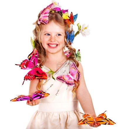 Photo pour Petite fille avec coiffure de fleur et papillon. Isolé . - image libre de droit