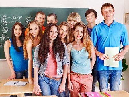 Photo pour Groupe étudiant heureux près du tableau noir . - image libre de droit
