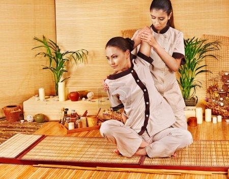 Photo pour Thérapeute donnant thaï qui s'étend de massage pour femme. - image libre de droit