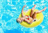Dítě na nafukovací bazén