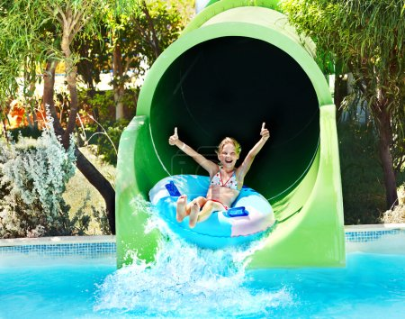 Photo pour Enfant sur toboggan à Aquapark. Vacances d'été . - image libre de droit