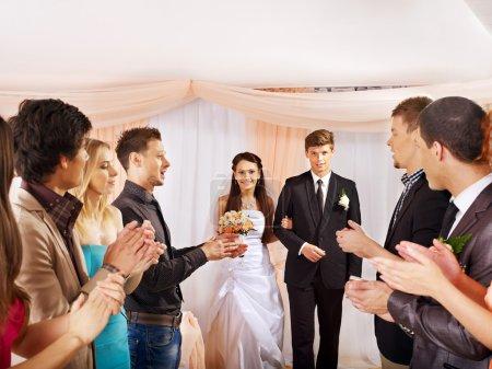 Photo pour Danse de mariage. groupe personnes taper dans leurs mains. - image libre de droit