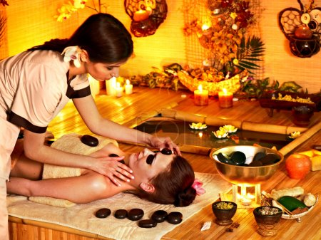 Photo pour Femme, obtenir des pierres chaudes massage au spa bambou. - image libre de droit