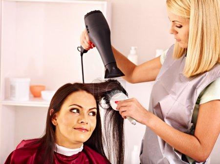 Photo pour Femme chez le coiffeur avec sèche-cheveux . - image libre de droit
