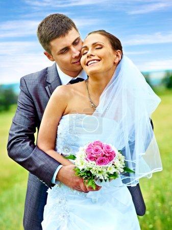 Photo pour Mariage heureux mariée et marié été - image libre de droit