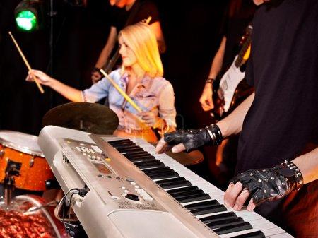 Photo pour Groupe musical performance masculine et féminine en boîte de nuit . - image libre de droit