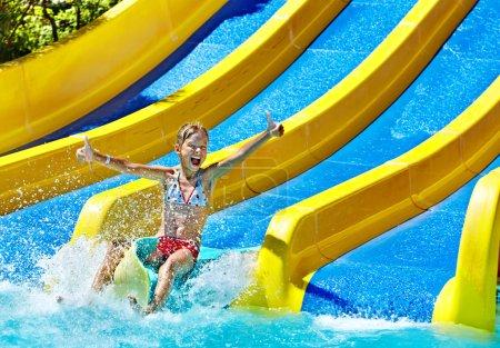 Photo pour Enfants sur toboggan aquatique à Aquapark. Vacances d'été . - image libre de droit