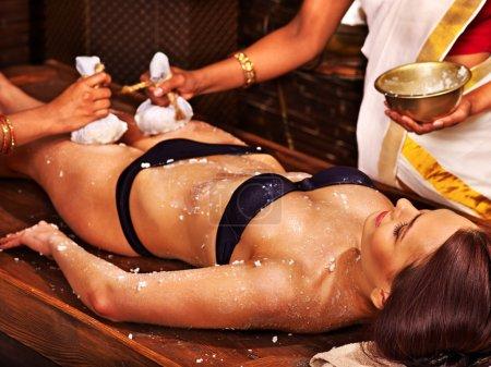 Photo pour Jeune femme ayant les pieds ayurveda spa massage. - image libre de droit
